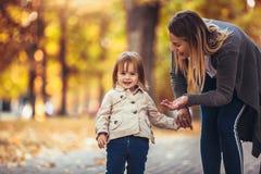 La mère et la fille en parc appréciant le bel automne se garent photos libres de droits