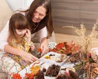 La mère et la fille font des poupées à partir des matériaux naturels image libre de droits