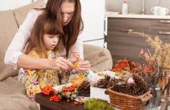 La mère et la fille font des poupées à partir des matériaux naturels images libres de droits