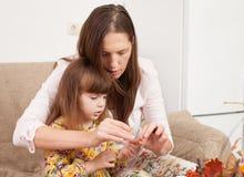 La mère et la fille font des poupées à partir des matériaux naturels photo libre de droits