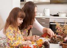 La mère et la fille font des poupées à partir des matériaux naturels photographie stock libre de droits
