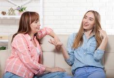 La mère et la fille parlent à la maison et ont l'amusement Relations et amour de famille Copiez l'espace Images libres de droits