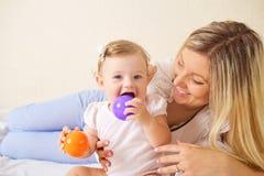La mère et l'enfant jouent dans la chambre image libre de droits