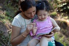 La mère et l'enfant ont affiché un livre photographie stock libre de droits