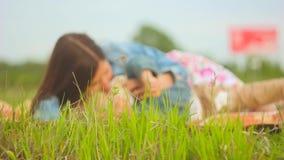 La mère et l'enfant s'asseyent sur l'herbe banque de vidéos