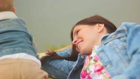 La mère et l'enfant s'asseyent sur l'herbe clips vidéos