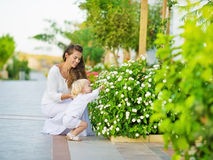 La mère et la chéri découvrent la durée végétale à l'extérieur Photographie stock libre de droits