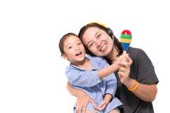 La mère et la fille chantent une chanson Photos stock