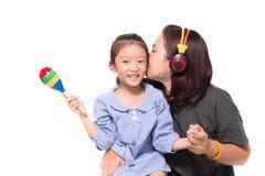 La mère et la fille chantent une chanson Photographie stock libre de droits