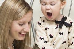 La mère et la fille communiquent avec émotion. image stock