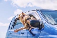La mère et la fille dans la voiture avec des lunettes de soleil sont déplacement débarrassées Images stock