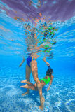 La mère et la fille plongent dans la piscine image stock