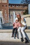 La mère et la fille près de Sforza se retranchent à Milan handwaving Photographie stock libre de droits