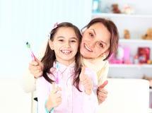 Brosse de fille leurs dents. Photo libre de droits