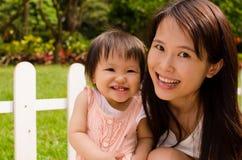 La mère et le descendant chinois rient ensemble Photos libres de droits
