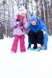 La mère et le descendant heureux en hiver stationnent Photos libres de droits