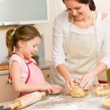 La mère et le descendant préparent le gâteau de maison de la pâte Photographie stock