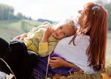 La mère et le descendant sont en stationnement d'automne Photos libres de droits