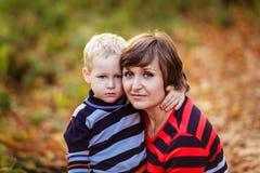 La mère et le fils communiquent, se garent photos stock