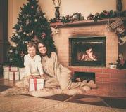 La mère et le fils dans Noël ont décoré la maison Photo stock