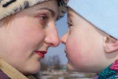 La mère et le fils heureux regardent l'un l'autre Image stock