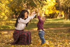 La mère et le fils jouent en parc Image libre de droits