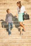 La mère et le fils marchent sur des escaliers dans la ville l'après-midi de fin d'été Photos stock
