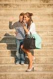 La mère et le fils marchent sur des escaliers dans la ville l'après-midi de fin d'été Image stock