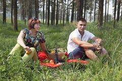 La mère et le fils ont eu un pique-nique dans les bois Photos stock