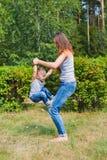 La mère et le fils ont l'amusement jouant dans le parc Enfant de Littkek faisant à étapes les mamans finies ascendantes jambes Photos libres de droits