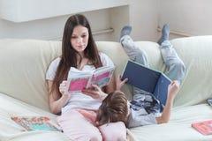 La mère et le fils ont lu des livres Images stock