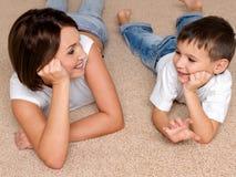 La mère et le fils regardent les uns contre les autres Photographie stock libre de droits