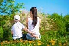La mère et le fils se reposent en parc. pique-nique Photo stock