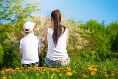 La mère et le fils se reposent en parc. pique-nique Photos stock