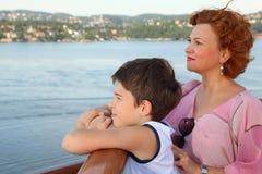 La mère et le fils sont à bord de bateau photographie stock libre de droits