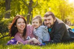 La mère et le père plaing avec leur fille Photo stock