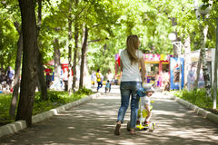 La mère et le petit fils jouent en parc d'été Image stock
