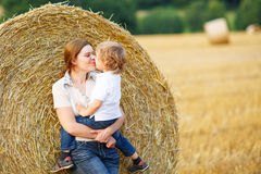 La mère et le petit fils sur le foin jaune mettent en place Photos libres de droits