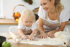 La mère et la petite fille font cuire dans la cuisine Passant le temps tout ensemble ou concept de la famille heureux Photos libres de droits