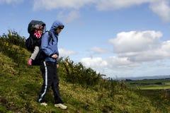 La mère et sa chéri se déplacent ensemble Photo stock