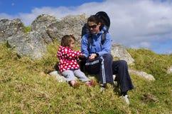 La mère et sa chéri se déplacent ensemble Photo libre de droits