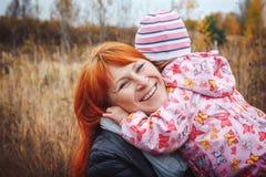 La mère et sa fille d'enfant de fille ont l'amusement dans le domaine Photographie stock