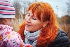 La mère et sa fille d'enfant de fille ont l'amusement dans le domaine Photo stock
