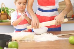 La mère et sa fille mignonne prépare la pâte à la table en bois Pâtisserie faite maison pour le pain ou la pizza Fond de boulange Image stock