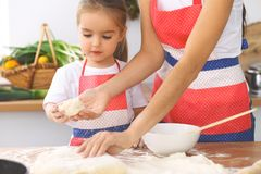 La mère et sa fille mignonne prépare la pâte à la table en bois Pâtisserie faite maison pour le pain ou la pizza Fond de boulange Photos stock