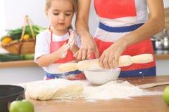 La mère et sa fille mignonne prépare la pâte à la table en bois Pâtisserie faite maison pour le pain ou la pizza Fond de boulange Image libre de droits