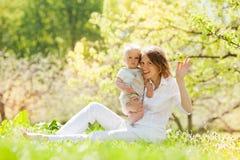 La mère et son enfant apprécient l'été Photos stock