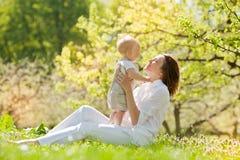La mère et son enfant apprécient l'été Photographie stock