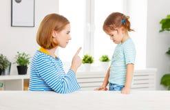 La mère gronde et punit la fille d'enfant images stock