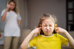 La mère gronde sa fille Liens de parenté L'éducation de l'enfant Image stock